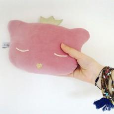 mini-doudou-coussin-chat-hochet-24x16-cm